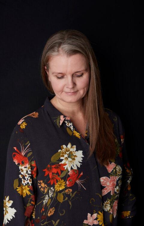 Portrætfoto af Heidi som kigger lidt ned