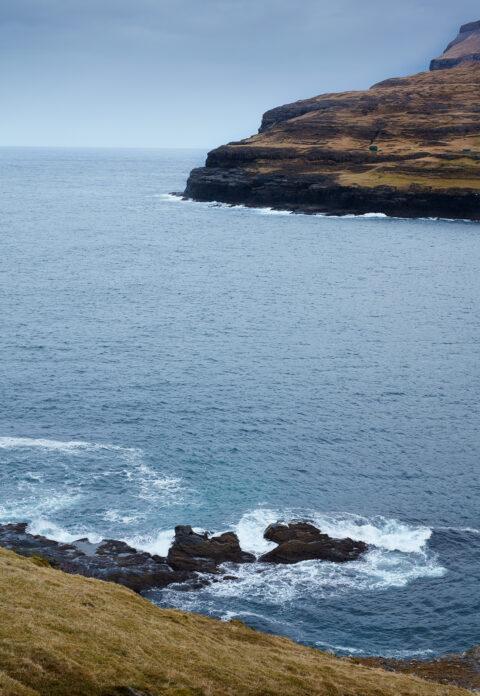 Vandet som slår mod klipperne på Færøerne.