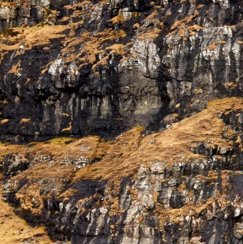 Struktur i et bjerg på Færøerne.